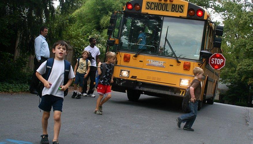 Siguiendo las normas de seguridad escolares.