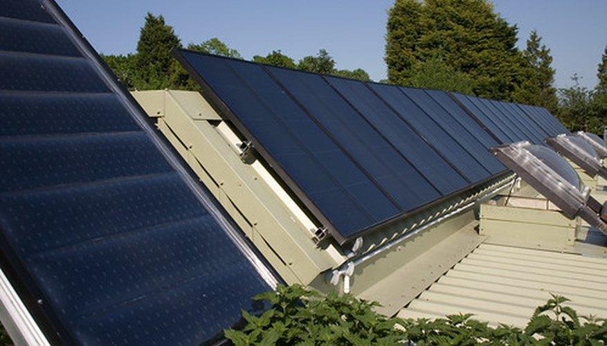 Los paneles solares reciben la energía del sol.