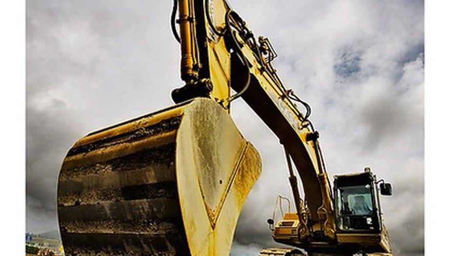 Una retroexcavadora se prepara para palear en un sitio de construcción.