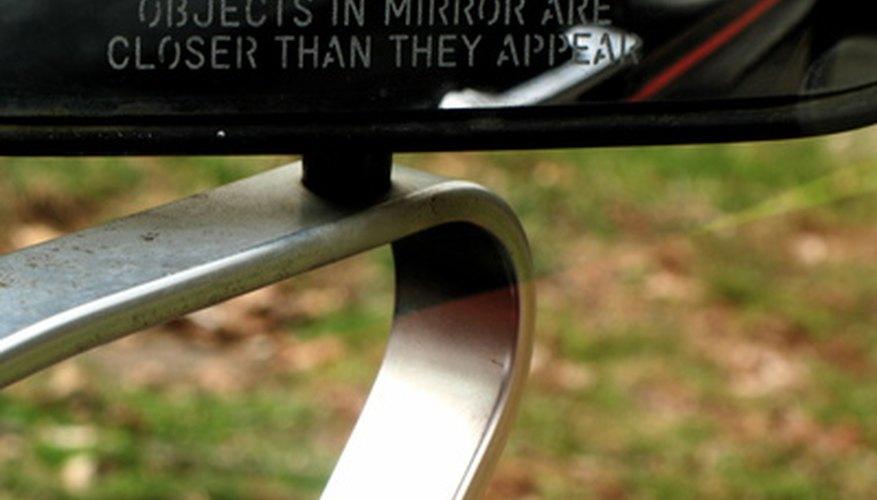 Los espejos laterales son uno de los diversos usos de un espejo.