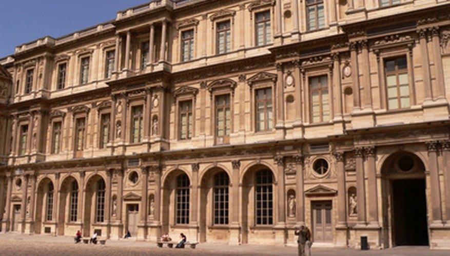 Haz una visita virtual al Louvre en línea.