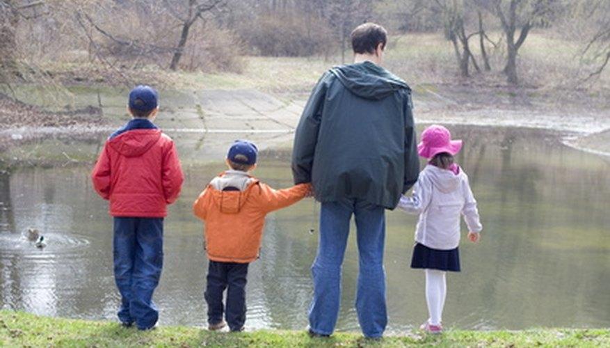 Un padre de paseo con sus hijos.