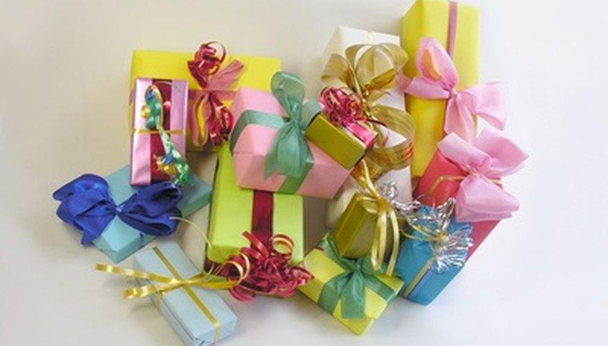 Hay varios regalos tradicionales de los cuales puedes elegir para regalar en un bautismo.