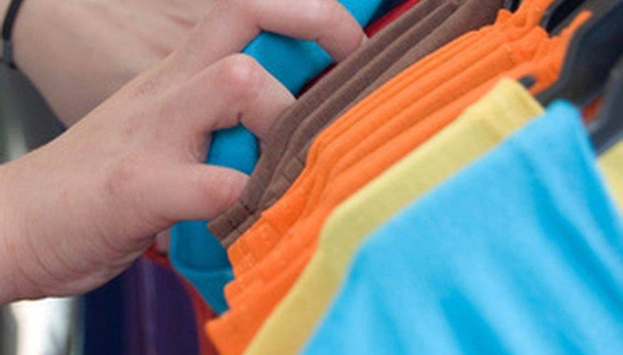 Las máquinas de serigrafía se utilizan para imprimir sobre camisetas, gorras, tazas y otros productos.