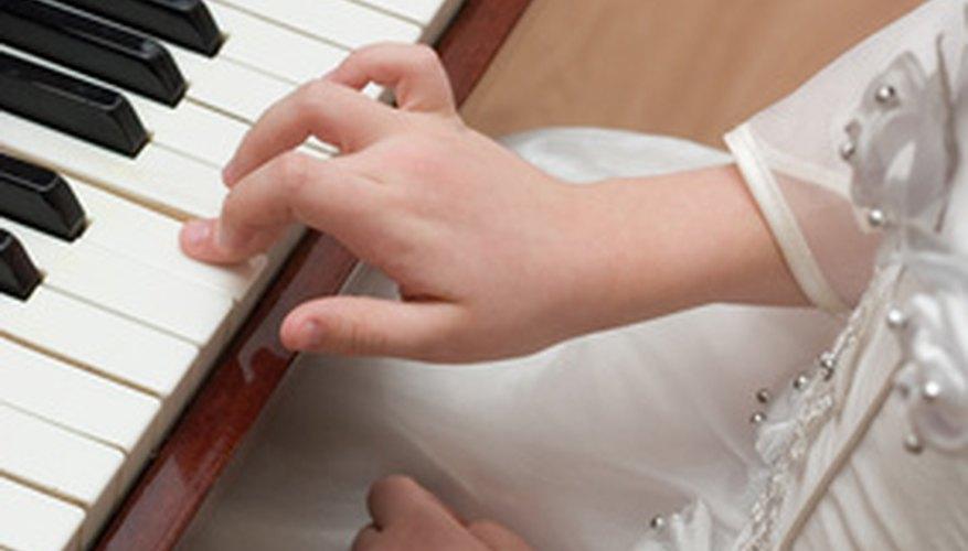 Practicar escalas es fundamental la primera vez que se aprende el piano.