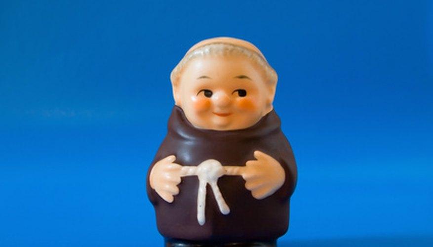La imagen estereotipada de un monje es un hombre calvo con una túnica marrón atada con un trozo de cuerda.