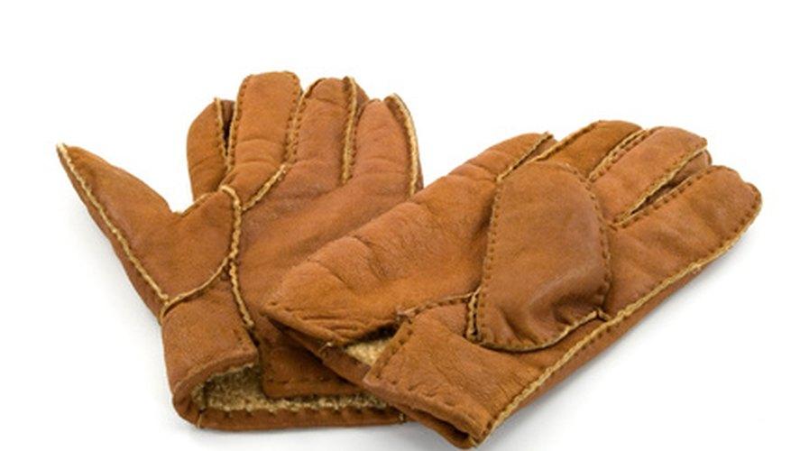 Al cortar latas metálicas los niños deben usar guantes gruesos para evitar lesiones.