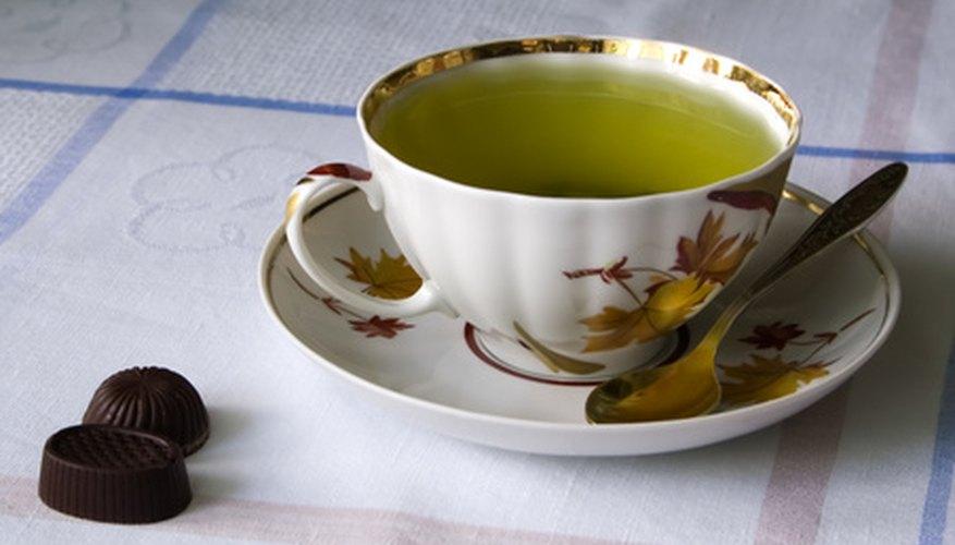Una taza de té caliente para aliviar tu garganta.