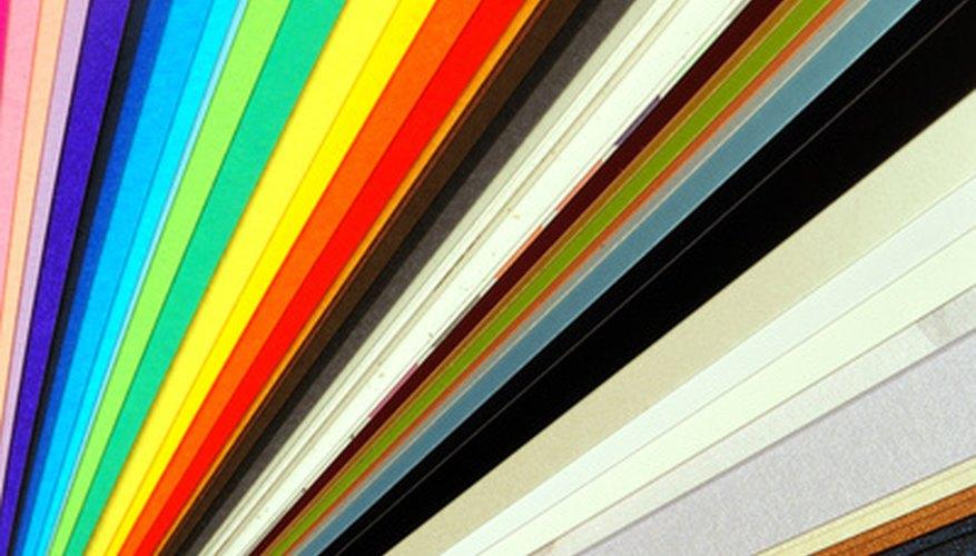 Usa una variedad de papel para hacer tu árbol colorido.
