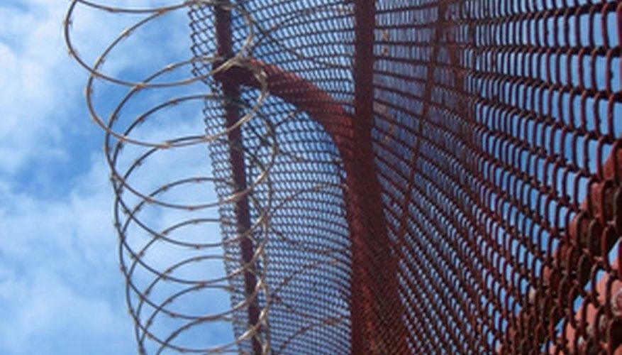 Las cárceles tienen cercas de alambre de púas alrededor de su perímetro.