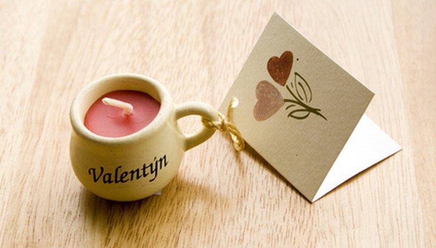 Las tarjetas de artesanías de pergamino pueden usarse con cartulina o papel pergamino.