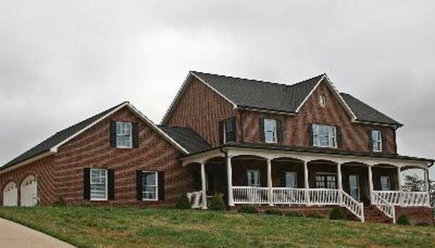 Elije el color de la pintura adecuada para las persianas y adornos de tu casa de ladrillo.
