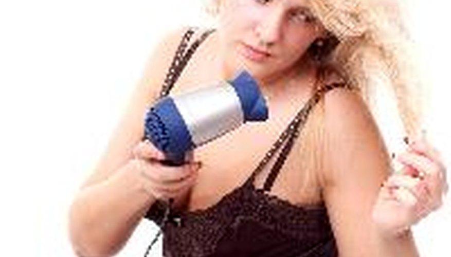 Los tratamientos de queratina, por lo general, contienen formaldehído o sus derivados para romper los enlaces químicos en el cabello.