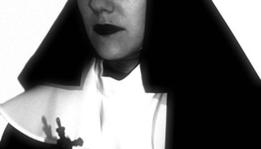 Crea tu propio disfraz de monja con ropa que ya tienes.