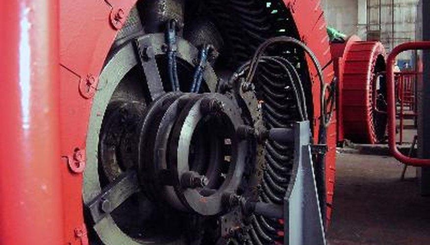 Una fuerza externa es aplicada al eje para hacerlo girar.