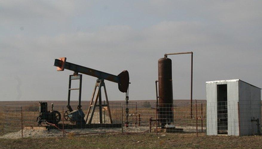 Los especialistas usan equipo para determinar la existencia de petróleo bajo la superficie de tu tierra.