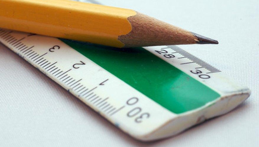 Usa una regla y un lápiz para calcular el tiempo: haz la distancia a escala para tu línea de tiempo con fotografías.