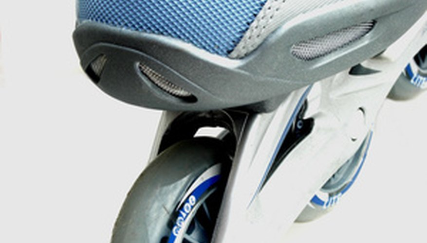 Usa tus zapatillas favoritas para hacer un par de patines.