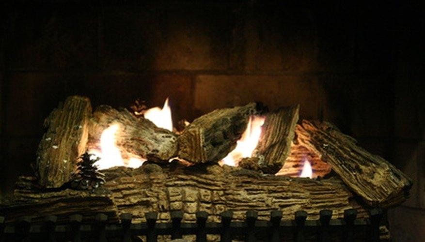 Los ladrillos refractarios incrustados en el piso y parte posterior de la chimenea a leña y estufa de tierra.