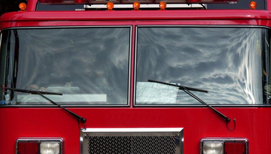Haz un camión y una estación de bomberos con cajas de cartón.