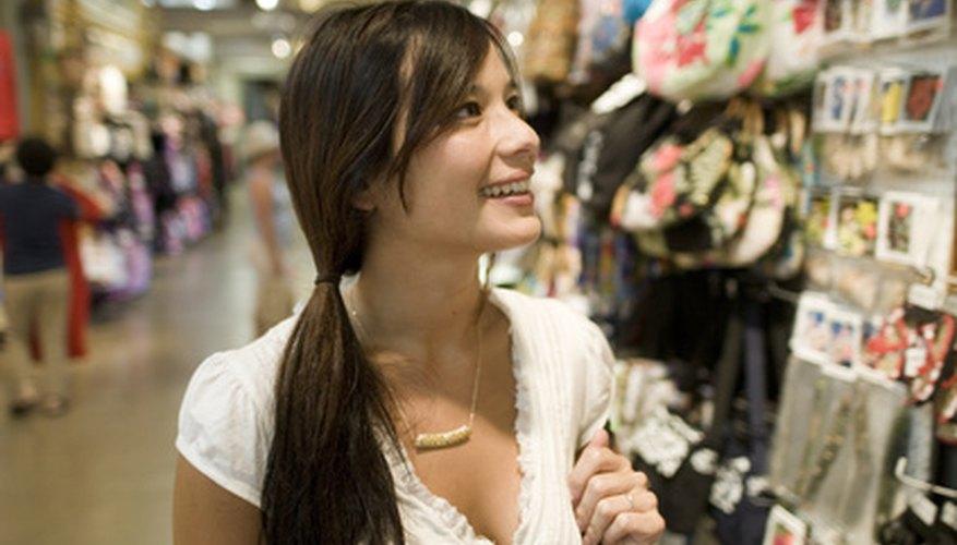 Los consumidores en la tienda llaman la atención del equipo de marketing.