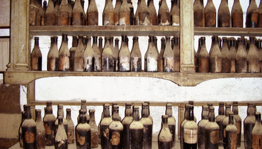 El gerente de un bar debe mantener un registro exacto de las cervezas, vinos y licores que se encuentran en el negocio.