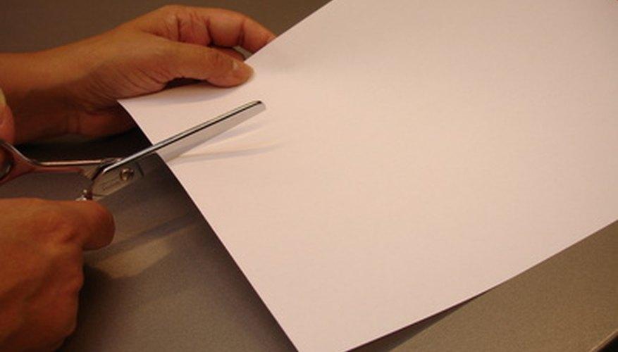 Corta tiras de papel blanco para el papel maché.