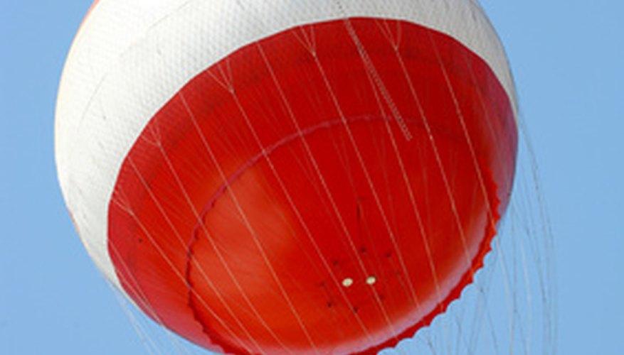 Los globos meteorológicos, que alcanzan tremendas alturas de miles de pies, se llenan de gases a medida que se elevan.