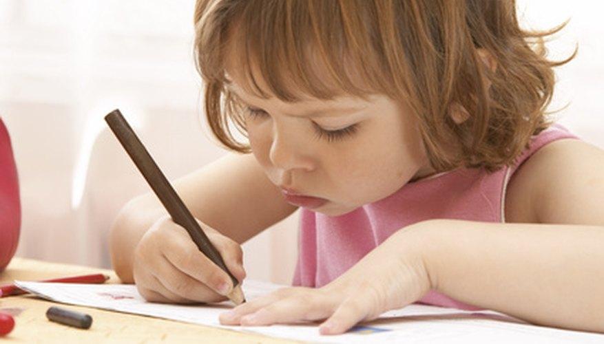 Utiliza los juegos para introducir a los niños de preescolar a la alfabetización.