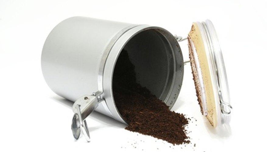 Un contenedor hermético y una esponja de humidor mantendrán tus habanos frescos.