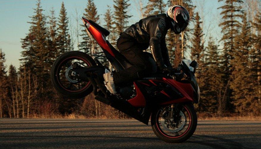 Las motocicletas tienen engranes que ponen el vehículo en movimiento.