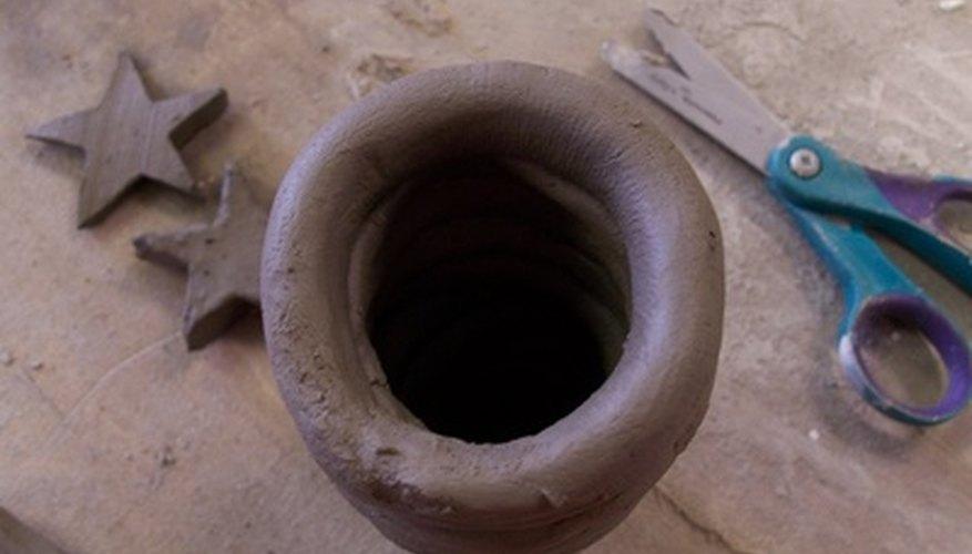 Los preescolares pueden hacer formas, figuras y cerámicas con arcilla.