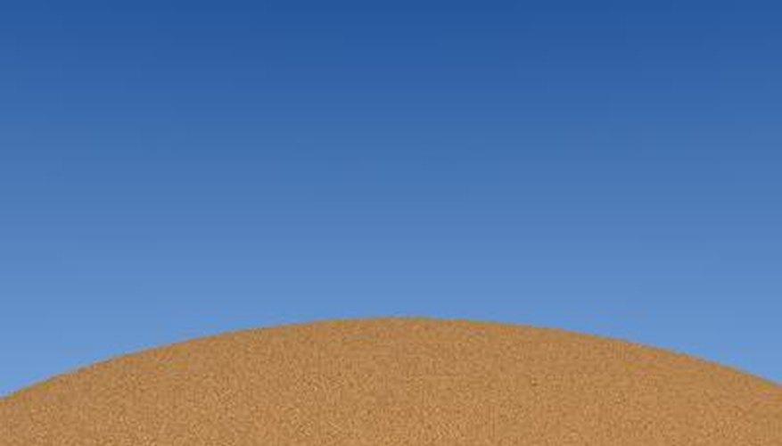 La arena se define como un material natural granular compuesto de roca finamente dividida y partículas minerales.