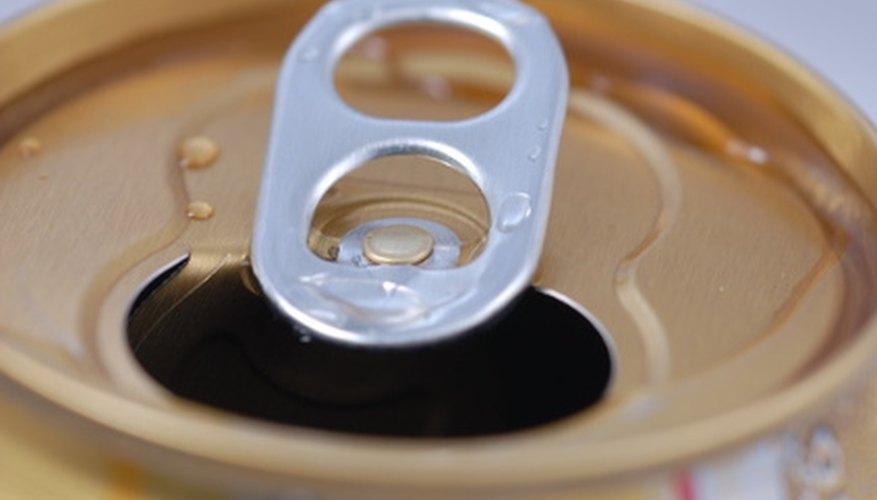 Con un poco de meneo la lengüeta se desprenderá de la parte superior de la lata.