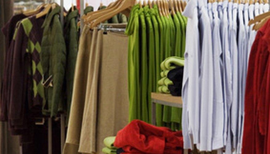 El departamento de compras se encarga de mantener las existencias en las estanterías.