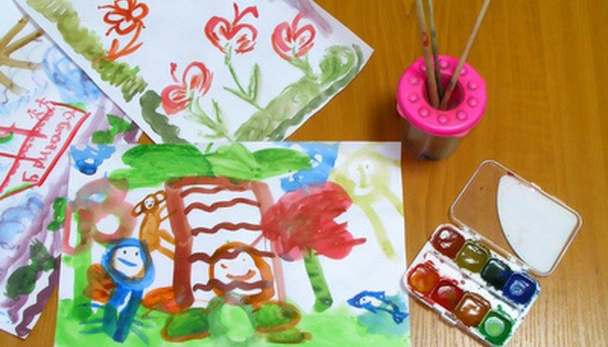 La pintura lavable y los marcadores son excelentes utensilios para hacer artes y manualidades.