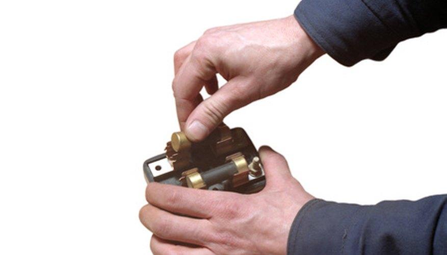 Puedes utilizar una batería para hacer un electroimán.