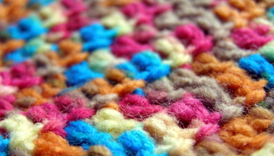 Teje a ganchillo una bufanda de invierno que para tu hijo sea cálida y tenga sus colores favoritos.