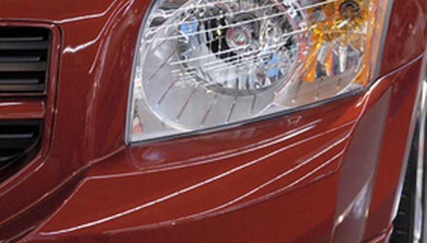 Usa pintura para retoques para reparar los rayones en tu auto.