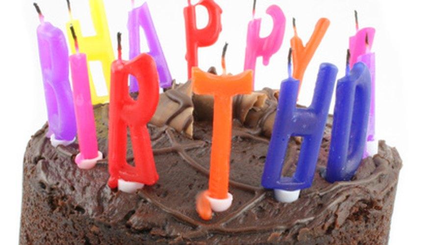 Una torta especial le da un atractivo extra a la celebración de un cumpleaños número 80.