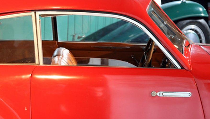 Lograr un acabado profesional aplicando pintura pulverizada en una cabina de pintura para autos hecha en casa.