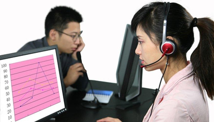 Un equipo de representantes del servicio de atención al cliente trabajando juntos para asistirlo.
