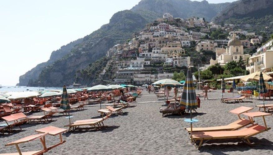 Las playas montañosas en la costa sur de Italia son populares lugares turísticos.