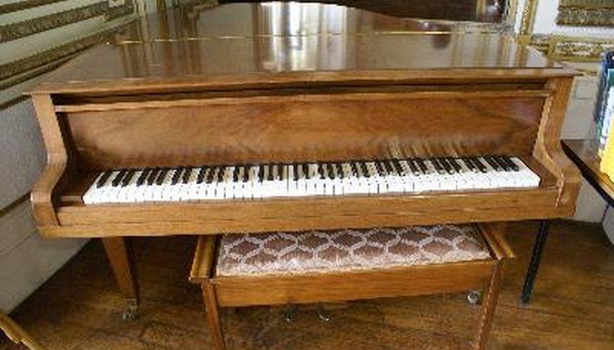 El banco es indispensable para tocar correctamente el piano.