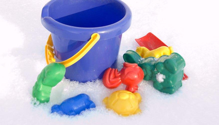 Los juguetes de plástico baratos hacen buenos moldes de concreto.