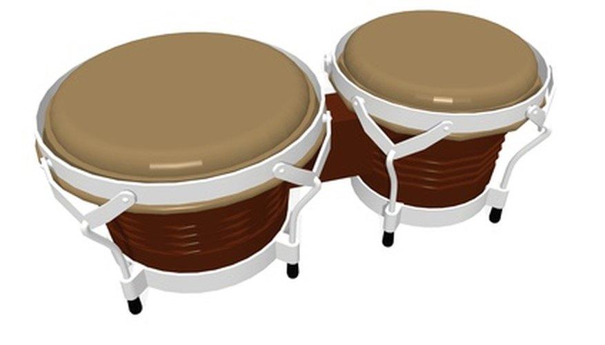 Toca los bongos.