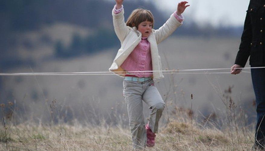 Muchos juegos populares de niños italianos a menudo se juegan al aire libre, y requieren de varios participantes con poco o ningún equipo.