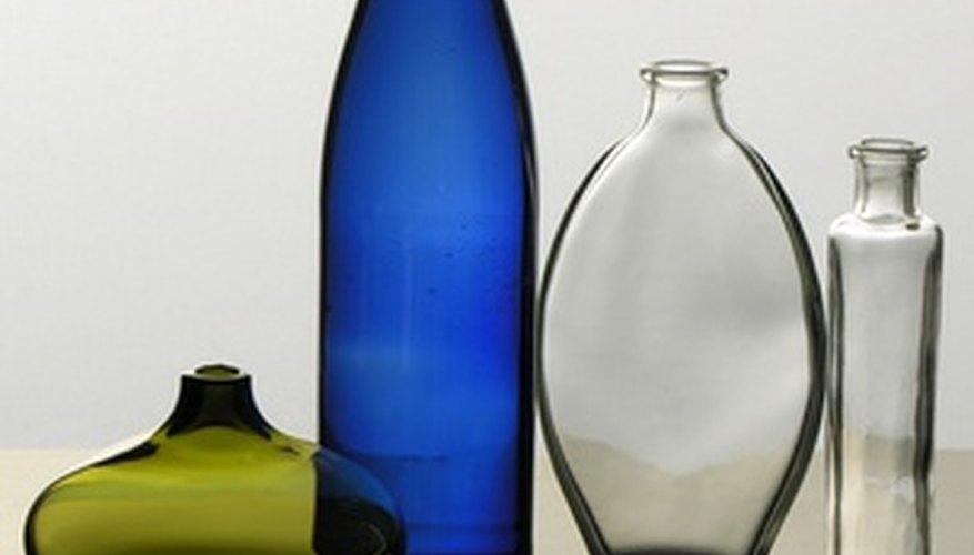 Las botellas de vidrio de cualquier forma son buenas para hacer floreros.