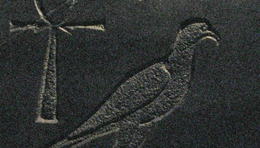 Decora el sarcófago de caja de zapatos con jeroglíficos egipcios.