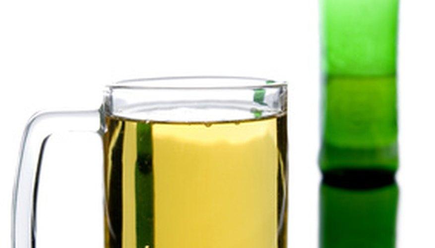 La cerveza de una botella verde es rubia.